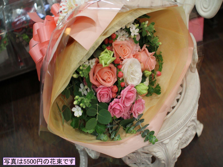 ピンクのバラと季節の花の花束